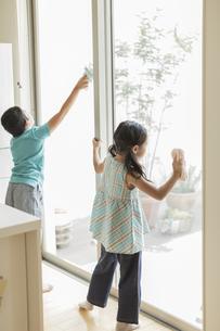 窓拭きをする兄と妹の写真素材 [FYI02512898]