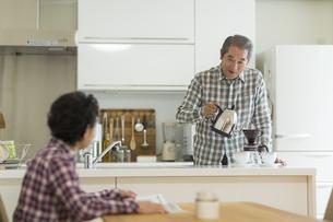 コーヒーを入れるシニア男性の写真素材 [FYI02512913]