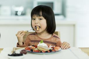 パンケーキを食べる女の子の写真素材 [FYI02512953]