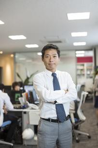 オフィスで働くビジネスマンのポートレートの写真素材 [FYI02512977]