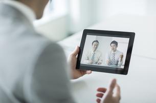 ビデオ通話をするビジネスマンの写真素材 [FYI02512982]