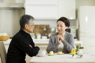 テーブルで会話をするシニア夫婦の写真素材 [FYI02512983]