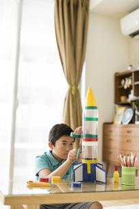 ペットボトルでロケットを作る男の子の写真素材 [FYI02512988]