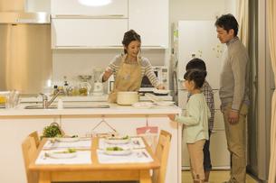 夕食の準備をする家族の写真素材 [FYI02512991]
