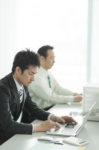 デスクで仕事をするビジネスマンの写真素材 [FYI02513004]