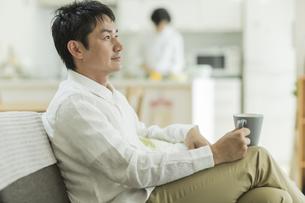 ソファーに座る男性の写真素材 [FYI02513024]