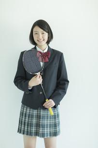 ラケットを持って笑顔の女子校生の写真素材 [FYI02513029]