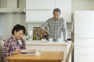 コーヒーを入れるシニア男性の写真素材 [FYI02513036]