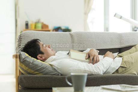 ソファーで昼寝をする男性の写真素材 [FYI02513037]
