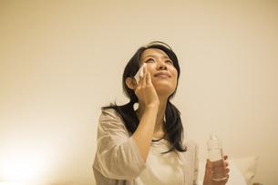 スキンケアをする女性の写真素材 [FYI02513098]