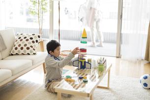 ペットボトルでロケットを作る男の子の写真素材 [FYI02513104]