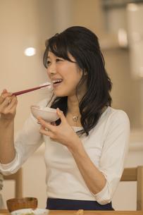 食事をする若い女性の写真素材 [FYI02513141]