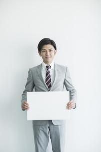ホワイトボードを持ったビジネスマンの写真素材 [FYI02513148]
