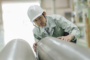 工場で働く作業服の男性の写真素材 [FYI02513152]