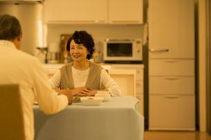 食卓で会話をするシニア夫婦の写真素材 [FYI02513153]