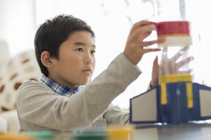 ペットボトルでロケットを作る男の子の写真素材 [FYI02513156]