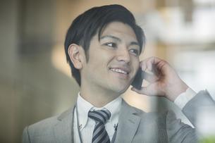 電話をするビジネスマンの写真素材 [FYI02513163]