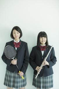 ラケットと楽器を持つ女子校生の写真素材 [FYI02513170]