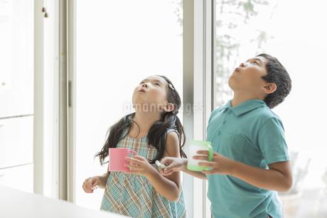 うがいをする兄と妹の写真素材 [FYI02513175]
