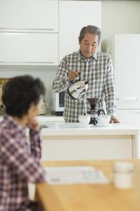 コーヒーを入れるシニア男性の写真素材 [FYI02513184]