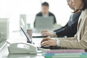 パソコンをするビジネスウーマンの写真素材 [FYI02513216]