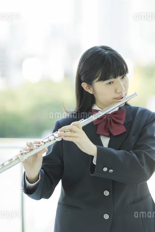 フルートを吹く女子校生の写真素材 [FYI02513250]