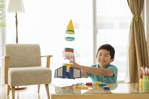 ペットボトルのロケットを持って笑顔の男の子の写真素材 [FYI02513255]