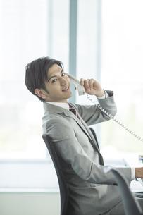 電話をするビジネスマンの写真素材 [FYI02513258]