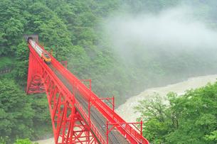 黒部峡谷鉄道のトロッコ電車の写真素材 [FYI02513277]