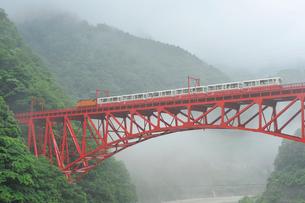 黒部峡谷鉄道のトロッコ電車の写真素材 [FYI02513280]