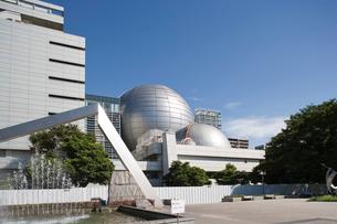 名古屋市科学館の新旧二つのプラネタリウム ドームの写真素材 [FYI02513750]