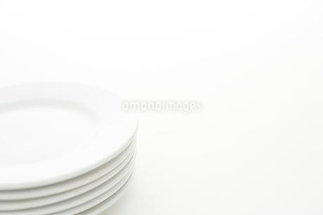 重ねた白い皿の写真素材 [FYI02513910]
