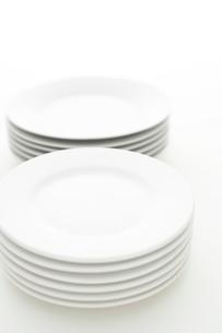 重ねた白い皿の写真素材 [FYI02513965]