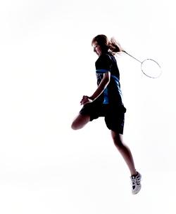バトミントンをする女性のシルエットの写真素材 [FYI02514361]
