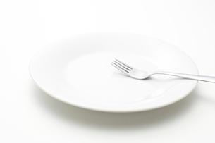 白い皿とフォークの写真素材 [FYI02514386]