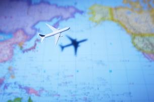 世界地図と飛行機の写真素材 [FYI02514394]