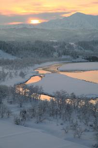 雪の越後三山と冬の信濃川の写真素材 [FYI02514704]