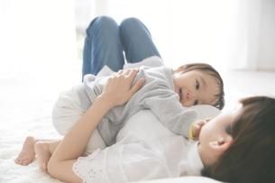 母親に抱きついている赤ちゃんの写真素材 [FYI02514787]
