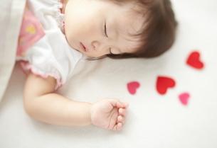 お昼寝している赤ちゃんとハートの写真素材 [FYI02514950]