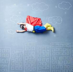落書きの世界で空を飛ぶヒーローの男の子の仮面の姿の写真素材 [FYI02515109]