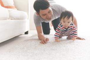 ハイハイする赤ちゃんの写真素材 [FYI02515129]