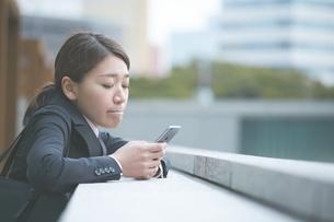 スマホを確認する働く女性の写真素材 [FYI02515258]