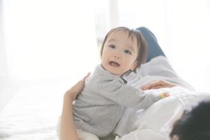 母親に抱きついている赤ちゃんの写真素材 [FYI02515267]