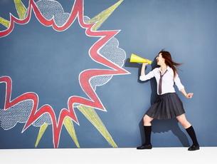 黒板に書かれた吹き出しの横で応援する女子高生のイラスト素材 [FYI02515383]