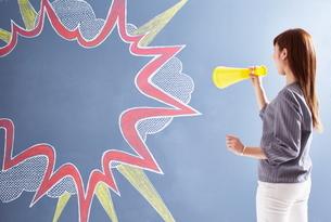 黒板に書かれた吹き出しに向かって応援する女性のイラスト素材 [FYI02515414]