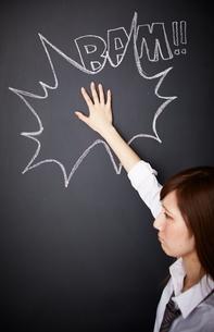 黒板に描かれた吹き出しの上に手を置く女性のイラスト素材 [FYI02515501]
