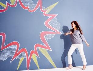黒板に書かれた吹き出しの横で叫んでいる女性のイラスト素材 [FYI02515512]