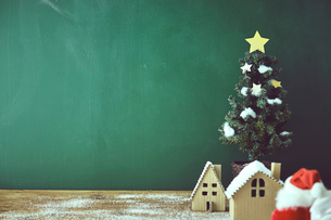 ミニチュアハウスとクリスマスツリーの写真素材 [FYI02515541]
