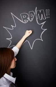 黒板に描かれた吹き出しの上をたたく女性のイラスト素材 [FYI02515544]