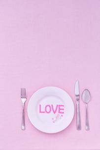 お皿に乗った愛のサプリメントの写真素材 [FYI02515620]
